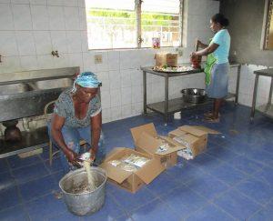 a1-de-koks-hebben-hun-handen-vol-in-de-keuken-2